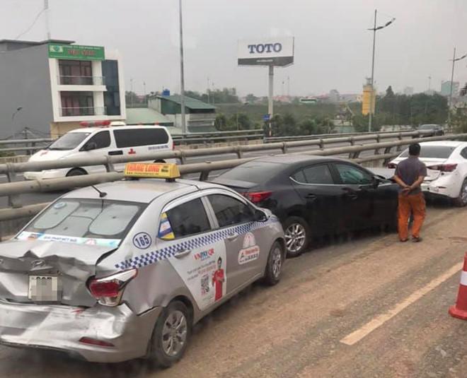Tránh bùn đất rơi vãi trên đường, 4 ô tô tông liên hoàn gần sân bay Nội Bài